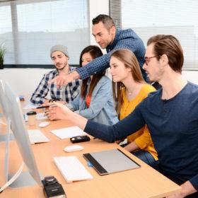 Formation de groupe privée avec ordinateur en entreprise
